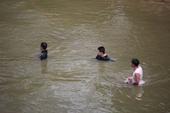 Đi đánh bắt cá cùng cha, người đàn ông rơi xuống sông mất tích