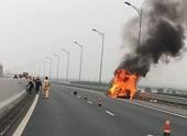 Xe Camry bốc cháy ngùn ngụt trên cao tốc Hạ Long - Hải Phòng