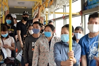 Xe bus Hà Nội vẫn đông, nguy cơ cao lây nhiễm chéo Covid-19