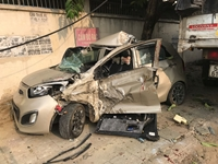 Xe tải tông nát bét xe 4 chỗ, tài xế nguy kịch