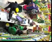 CLIP Hai đối tượng dùng súng cướp tài sản tại cửa hàng Bách Hóa Xanh