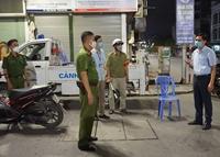 Xử phạt không đeo khẩu trang, ra đường sau 22h không lý do bị đưa về phường