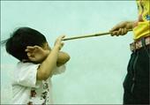 Phẫn nộ cha dượng bạo hành, dí tay bé gái vào ống bô xe máy