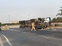Container lật ngửa tại điểm đen giao thông, tài xế nhập viện