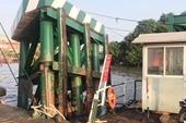 Tàu chở gần 200 container đâm thẳng vào cầu phao phà Cát Lái