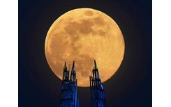 Những hình ảnh ấn tượng về siêu trăng màu hồng trên khắp thế giới