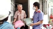 Tuổi trẻ VKSND TP Cần Thơ tặng 100 phần quà cho người nghèo
