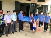 VKSND tỉnh Hòa Bình tặng quà hỗ trợ gia đình khó khăn do ảnh hưởng dịch COVID-19