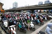 Chưa hết cách ly, đường phố Hà Nội đã đông nghịt người