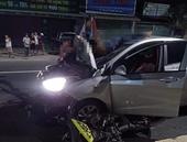 Ô tô húc văng xe máy lên nóc capô, 2 người chết