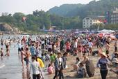 Bãi biển Sầm Sơn đông nghịt người trong ngày đầu nghỉ lễ