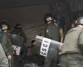 Ngáo đá đuổi đánh người đi đường rồi vào quán ôm bình gas cố thủ