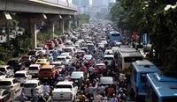 Lưu lượng tham gia giao thông ở Hà Nội tăng cao, nhiều nơi ùn tắc