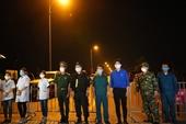 Khoảnh khắc vui mừng của 11 000 người dân Hạ Lôi khi dỡ bỏ cách ly thôn