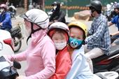 Nắng nóng oi bức, người dân Hà Nội ra đường bịt kín mít