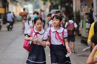 Hà Nội Học sinh tiểu học rộn ràng ngày đi học trở lại sau kỳ nghỉ dài