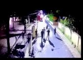 Hãi hùng clip đối tượng cầm 2 dao xông vào trụ sở chém cán bộ Công an phường
