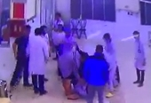 Phê chuẩn khởi tố 2 bố con hành hung nhân viên bệnh viện