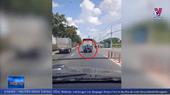 Nam thanh niên liều mạng bám đu xe tải