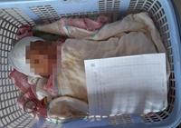 Tìm người thân bé trai 10 ngày tuổi bị bỏ bên lề đường cùng lá thư