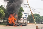 Xe đầu kéo bất ngờ bốc cháy ngùn ngụt khi tài xế nổ máy