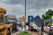 Xe container tông lật xe tải, quốc lộ 1 ùn tắc gần 10km