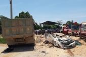 Xe 4 chỗ bị xe tải lật đè bẹp dúm, 3 người tử nạn