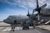 Máy bay vận tải C-130H của Không quân Hoa Kỳ tông hàng rào bê tông khi hạ cánh