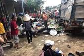 Xe tải mất lái lao vào chợ ven đường, 13 người thương vong