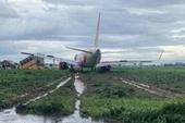 Máy bay Vietjet đáp xuống bãi cỏ, sân bay Tân Sơn Nhất đóng cửa đường băng