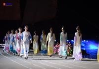 Ấn tượng màn trình diễn áo dài bằng sự tự hào của danh thắng Việt Nam