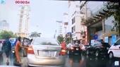 Lên án hành động thanh niên đi ô tô tranh thủ hôi chùm vải rơi trên đường