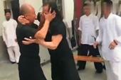 Hai võ sư Trung Quốc đánh nhau như  trẻ con