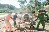Công an Hương Sơn tranh thủ ngày nghỉ xuống giúp người dân xây dựng nông thôn mới