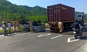 """Xe tuần tra CSGT """"chổng vó"""" sau cú va chạm với xe container"""