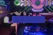 """Nhân viên thoát y phục vụ """"thượng đế"""" trong quán karaoke ở Đồng Nai"""