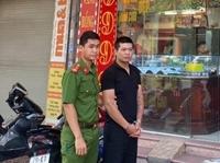 Hình phạt nào cho nghi phạm cướp tiệm vàng đâm trọng thương một người truy đuổi