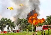 Điều tra làm rõ nguyên nhân cháy kho hàng ở Long Biên