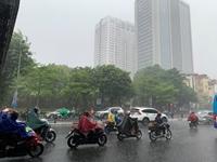 Hà Nội đón cơn mưa vàng hạ nhiệt sau nhiều ngày trời dội lửa