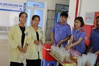 """Chi đoàn VKSND tỉnh Lào Cai tổ chức chương trình """"Nồi cháo nhân ái – kết nối yêu thương"""""""
