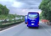 Xe chở công nhân chạy tốc độ cao không chịu nhường đường cho xe chữa cháy
