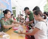Hơn 300 suất cháo Công an Hương Sơn trao tận tay đến các bệnh nhân nghèo