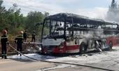 Xe khách giường nằm cháy trơ khung trên quốc lộ 1A