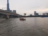 Cầu Sài Gòn kẹt cứng bởi người hiếu kì xem người nghi tự tử