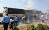 Xe chở 40 khách du lịch về Sầm Sơn bốc cháy