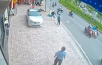 CLIP quay cảnh 2 tên cướp chống trả quyết liệt khi bị vây bắt