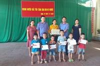 VKSND huyện Bắc Yên tặng quà cho học sinh nghèo vượt khó