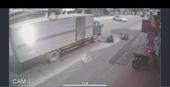 Va chạm với ô tô con, xe máy suýt bị hất vào gầm xe tải