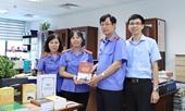 Đồng chí Trần Công Phàn tặng sách, kỷ vật cho Phòng Lưu trữ, Văn phòng VKSND tối cao