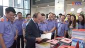 Thủ tướng Nguyễn Xuân Phúc thăm gian trưng bày tác phẩm đạt giải hai cuộc thi do Báo BVPL tổ chức